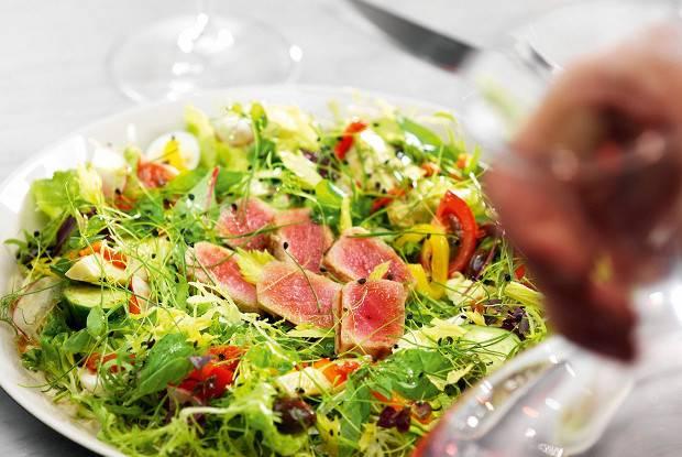 Салат нисуаз — вариации провансальского блюда, пришедшего из средиземноморья