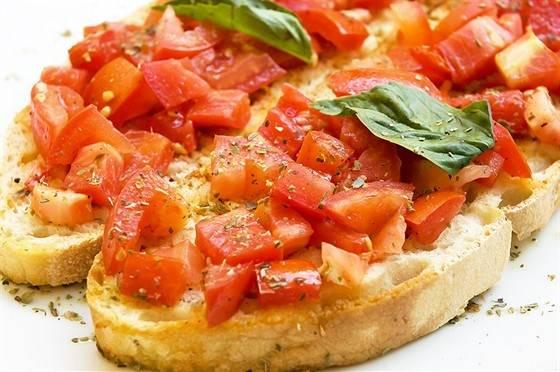 Брускетта с помидорами, базиликом и сыром