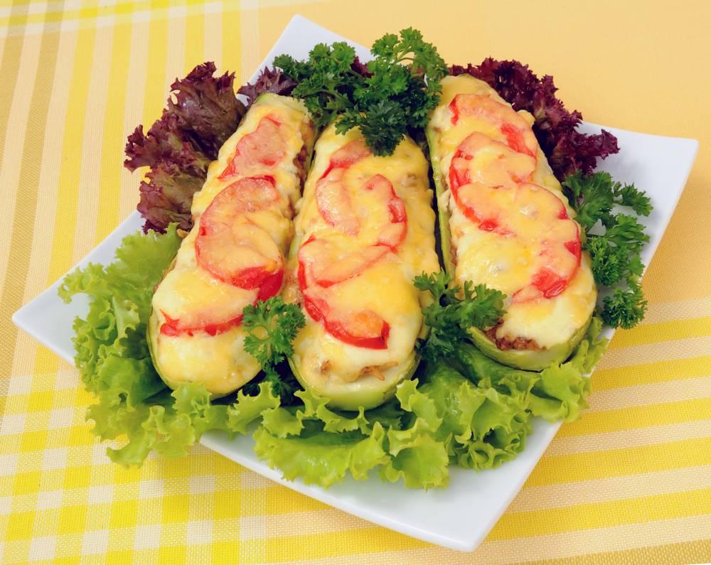 Кабачки, фаршированные курицей и овощами