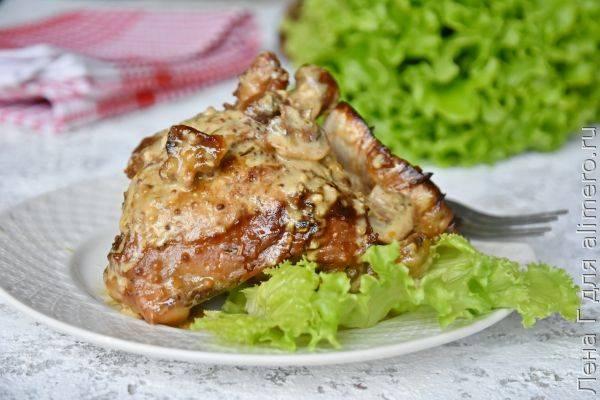 Куриные бедра, запеченные в сливочном соусе с горчицей и грибами