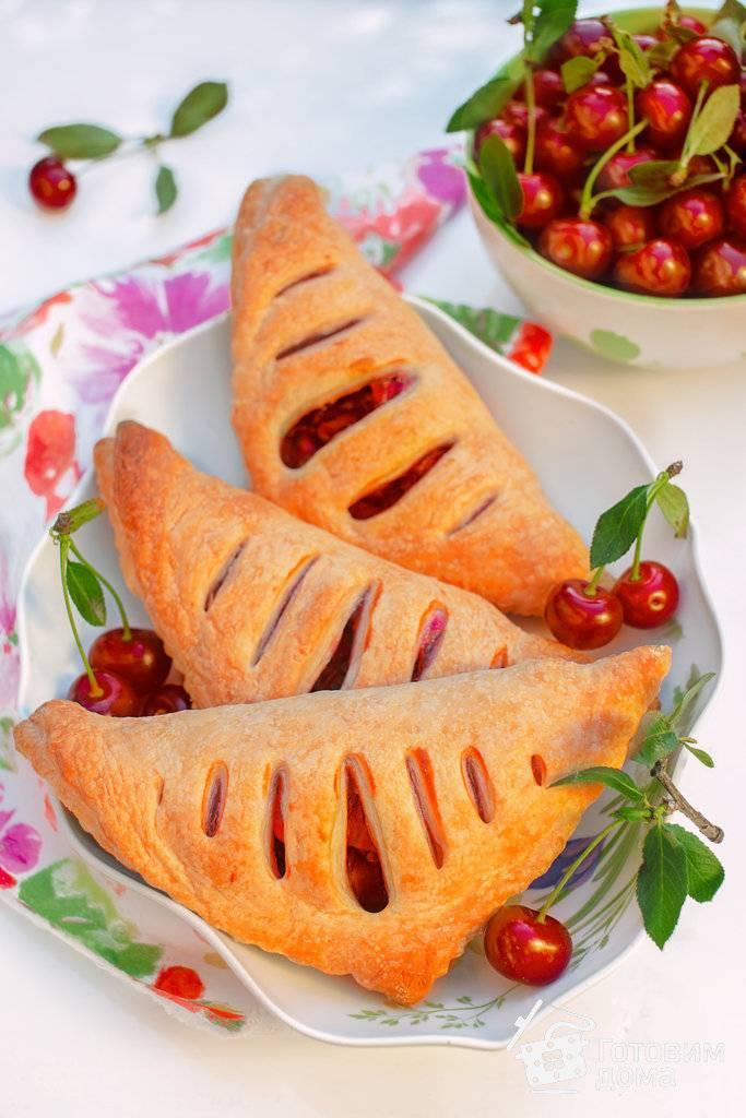 Слойки с вишней - рецепты пирожков, булочек, конвертиков и круассанов из слоеного дрожжевого и бездрожжевого теста