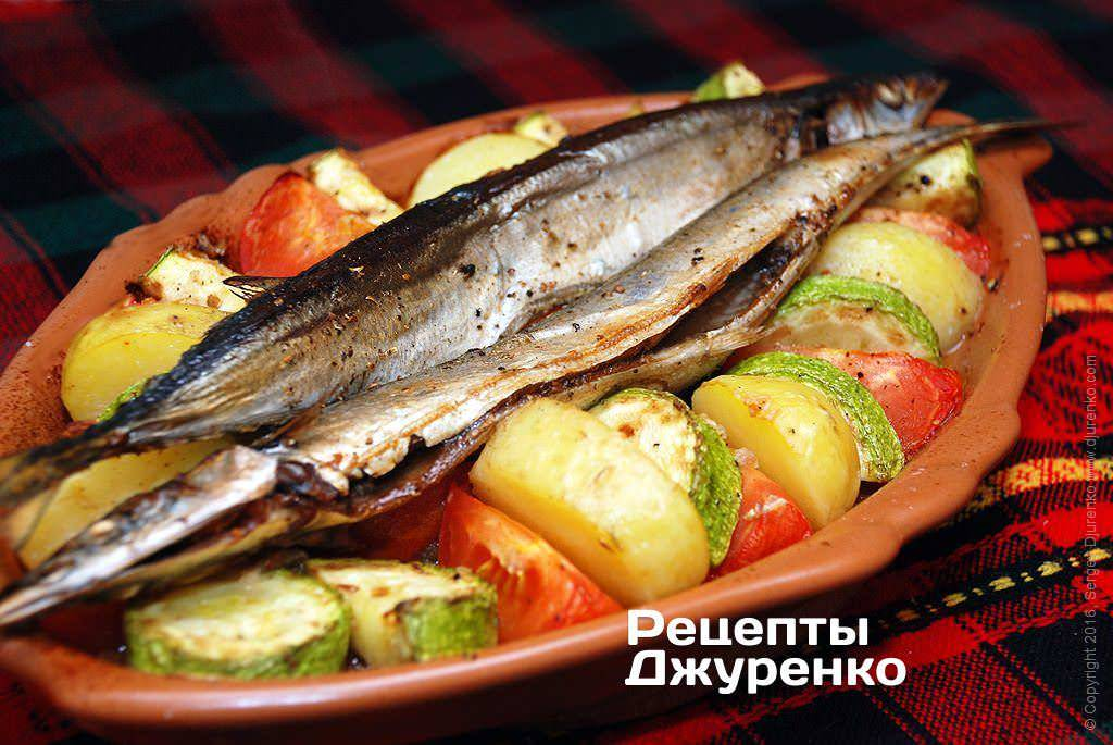 Сайра тушеная с овощами