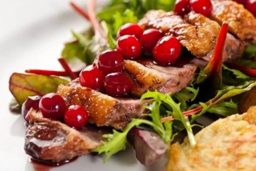 Идеальная пара: учимся готовить клюквенный соус к мясу