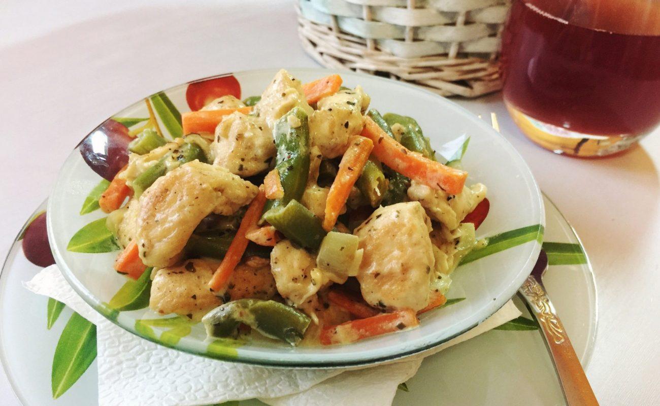 Фрикадельки с овощами под сметанным соусом