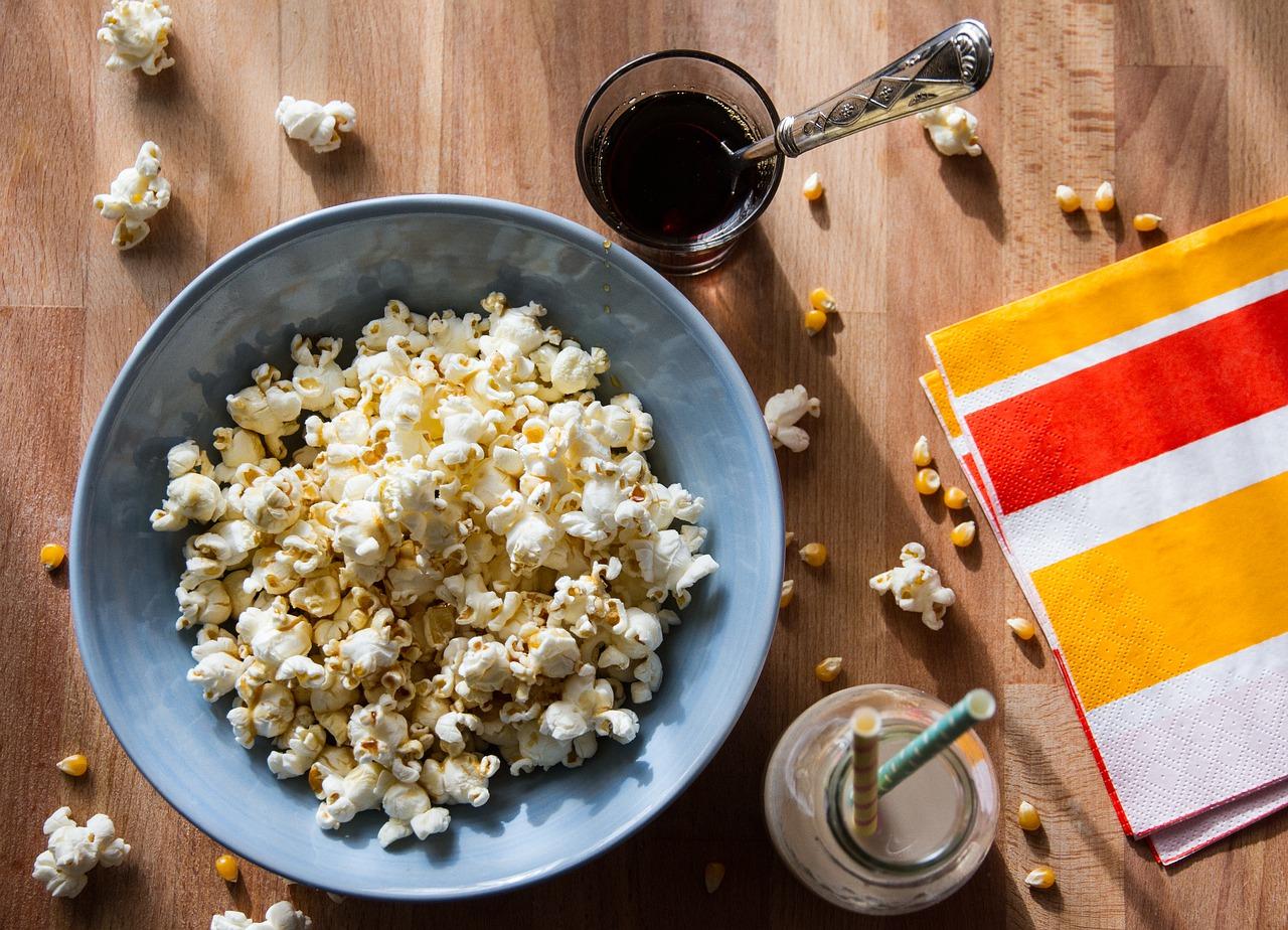 Как сделать вкусный попкорн, как в кинотеатре в домашних условиях на сковороде, в микроволновке, мультиварке, в кастрюле, в духовке и в аппарате: рецепты сладкого, соленого и цветного попкорна