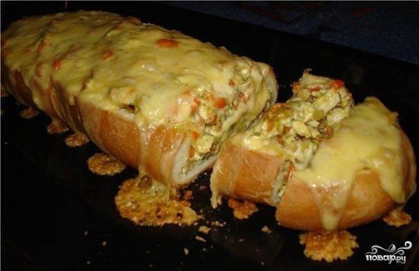 Фаршированный батон с ветчиной, сыром, консервами - рецепты в духовке и без запекания