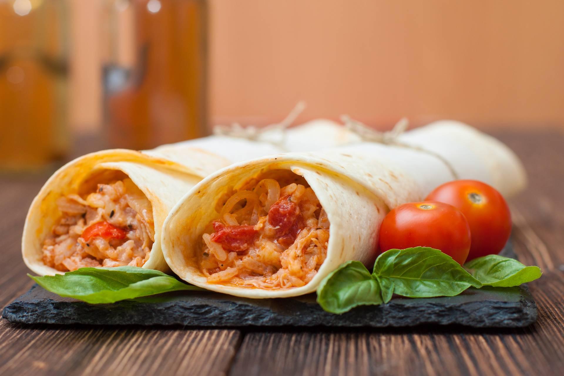 Куриные буррито с фасолью и краснокочанной капустой в остром соусе
