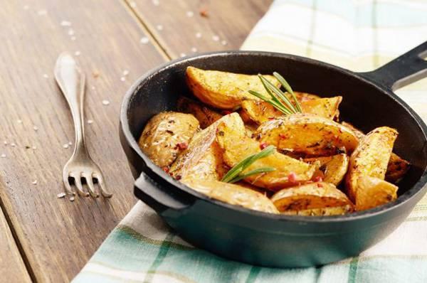 Хрустящие картофельные дольки с сыром в духовке