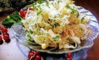 Салат из квашеной капусты: 14 простых и очень вкусных рецептов
