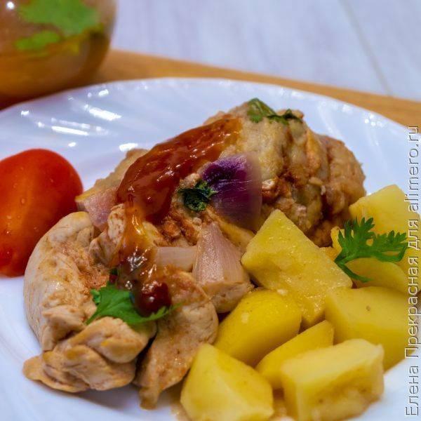 Куриная грудка под томатным соусом с яблоками