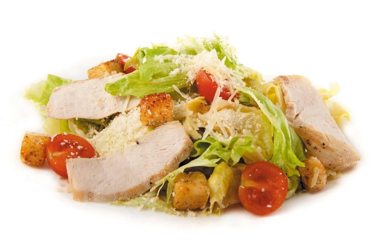Салат цезарь классический с курицей