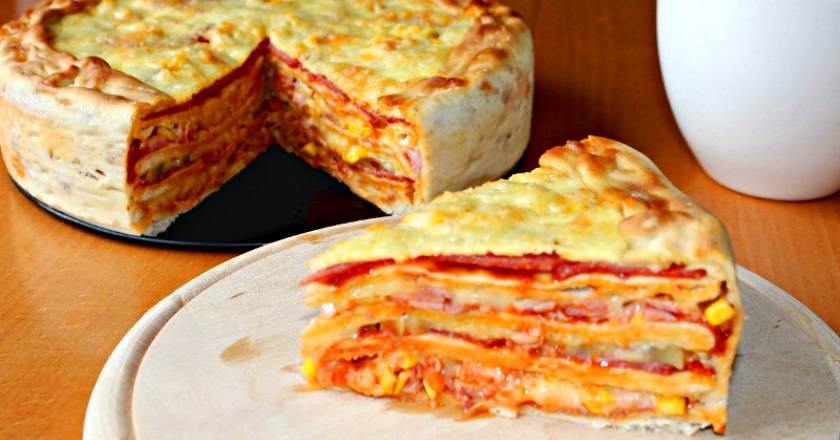 Пицца с ветчиной, помидорами и маслинами