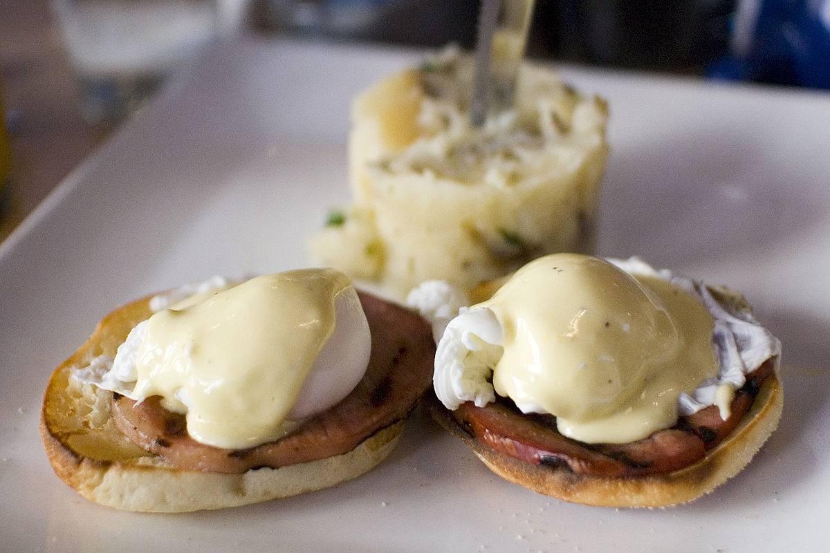Завтрак аристократа за 5 минут: яйца бенедикт | международный образовательный портал «азбука.kz»
