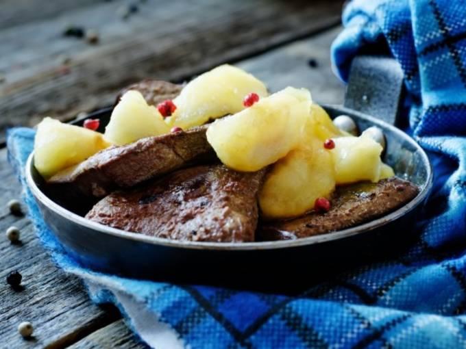 Куриная печень с яблоками и луком