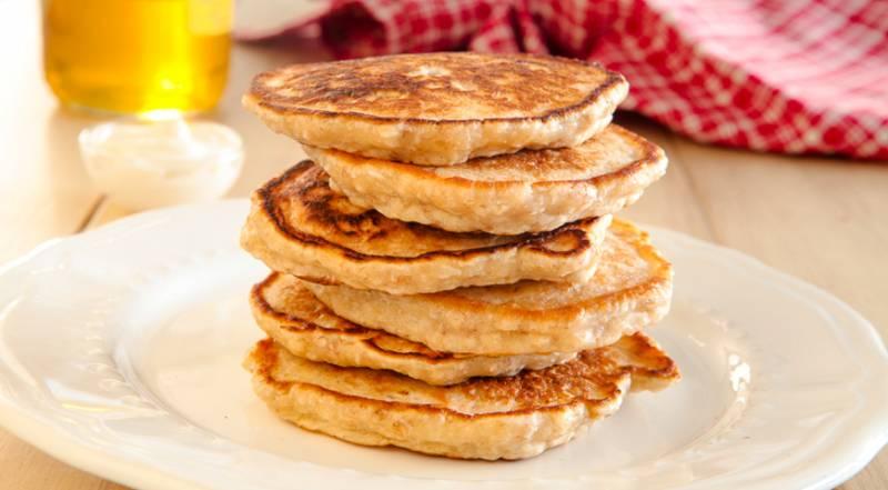 Оладьи на кефире. рецепты с фото пошагово: пышные на дрожжах, с содой, без яиц, из кабачков, с яблоками, бананом, манкой, тыквой, ветчиной и сыром