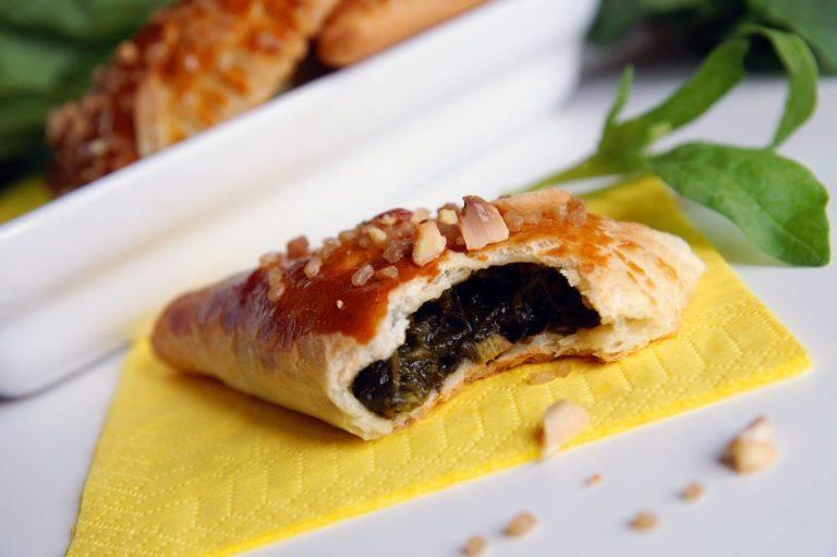 Пирожки со щавелем и яйцом из дрожжевого теста