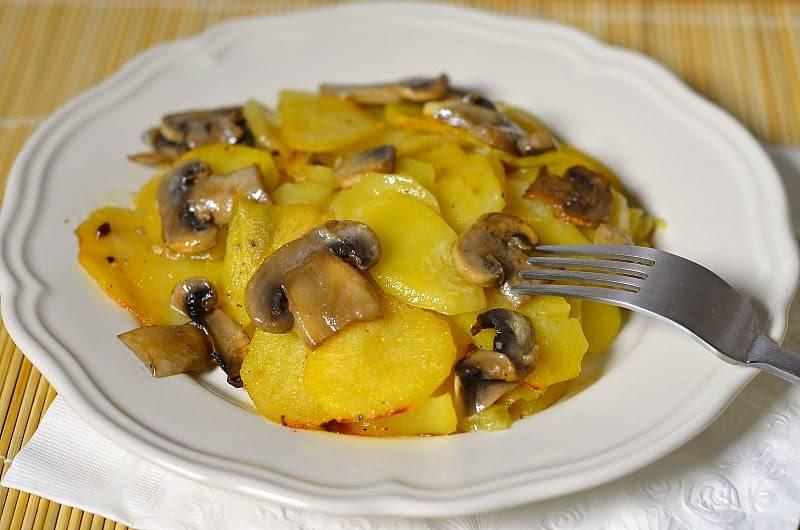 Картошка с грибами жареная на сковороде опята
