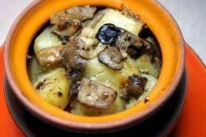 Картошка с мясом и грибами в горшочках в духовке