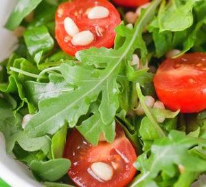 Вкусный салат с консервированным тунцом и помидорами